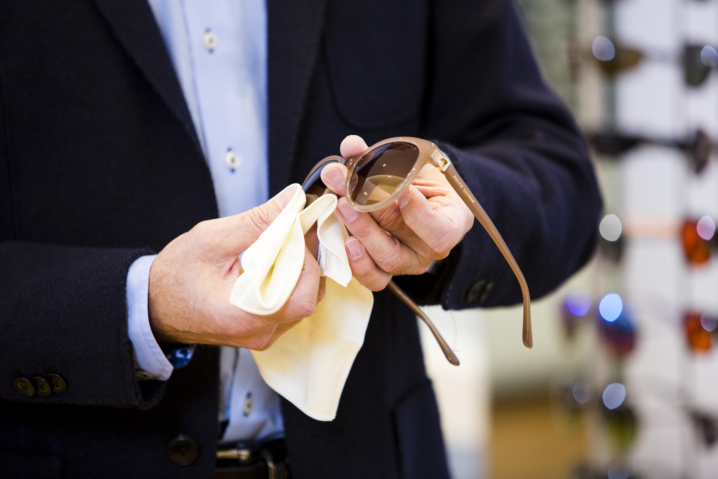 Brillengläser mit Oberflächenveredelung, robuster, schmutzabweisend, leichter zu reinigen